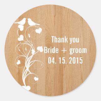 Invitation en bois brun de mariage de remous de sticker rond