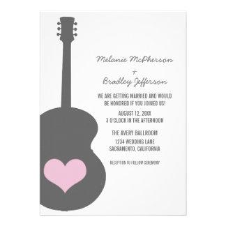 Invitation gris rose de mariage de coeur de guitar
