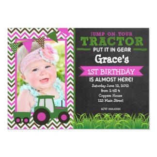 Invitation rose de fête d'anniversaire de tracteur