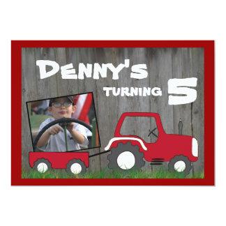 Invitation rouge d'anniversaire de tracteur :