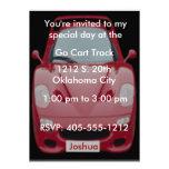 Invitation rouge d'anniversaire de voiture de cour
