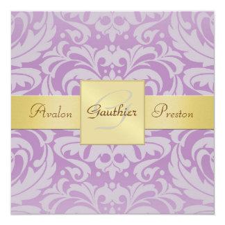 Invitation violette de ruban d'or de monogramme de