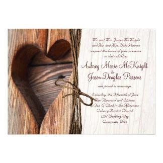 Invitations en bois de mariage de ficelle de coeur