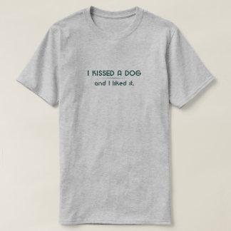 J'ai embrassé un T-shirt de chien