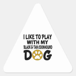J'aime jouer avec mon chien noir et bronzage de sticker triangulaire