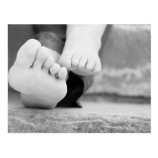 Jambes minuscules d'enfant et de sa mère carte postale