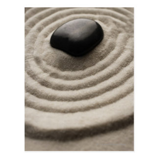 jardin de zen avec le détail de caillou sur le carte postale