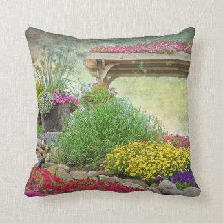 jardin floral avec le treillis coussin