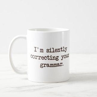Je corrige silencieusement votre grammaire mug blanc