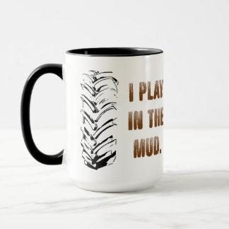 Je joue dans la tasse à deux tons de boue