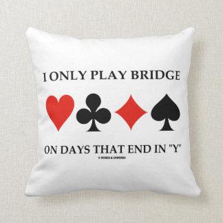 Je joue seulement au bridge les jours qui coussin décoratif
