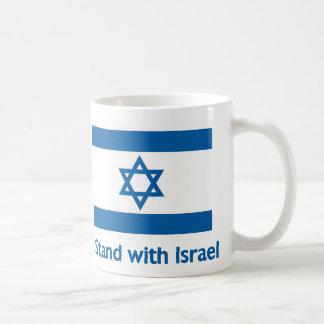Je me tiens avec les cadeaux et le tee - shirt de mug blanc