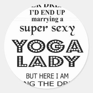Je n'ai jamais rêvé épousant une dame sexy de yoga sticker rond