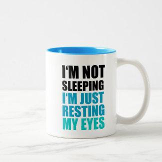 Je ne dors pas, je repose juste mes yeux mug bicolore