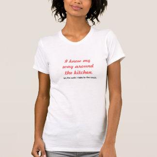 Je sais ma manière autour du T-shirt de cuisine
