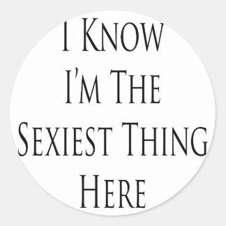 Je sais que je suis la chose la plus sexy ici sticker rond