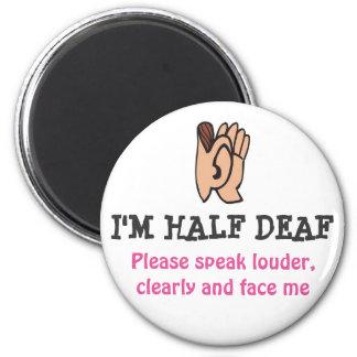 Je suis aimant à moitié sourd