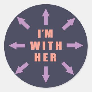 """""""Je suis avec elle"""" avec des flèches Sticker Rond"""