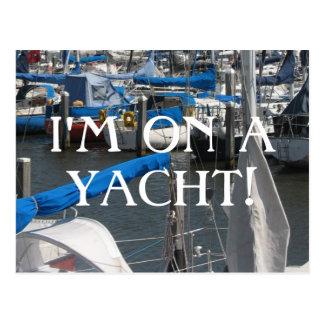 Je suis sur une marina de yachts de bateaux à cartes postales