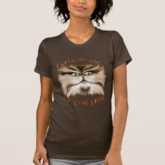 J'embrasse mon chat sur le T-shirt de lèvres