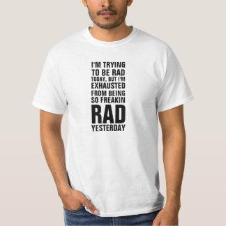 J'essaye d'être rad aujourd'hui mais je suis t-shirts