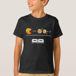 Jeu avec le T-shirt drôle de planètes