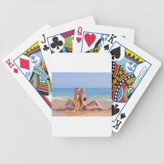 Jeu De Cartes Deux filles s'asseyent sur la plage près de