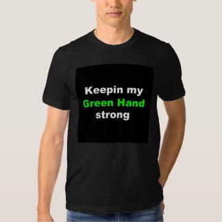 Jeu de combat de main verte dans le T-shirt de