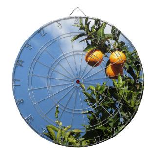 Jeu De Fléchettes Fruits oranges accrochant sur l'arbre contre le