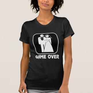 Jeu heureux de mariage au-dessus de pièce en t t-shirt