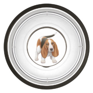 Jeune bol amical d aliments pour chiens de Basset