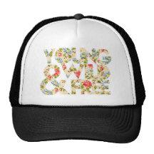 Jeune chapeau floral sauvage et libre