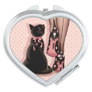 Jeune femme élégante et chat noir miroirs de poche