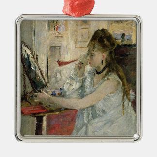 Jeune femme saupoudrant son visage, 1877 ornement carré argenté