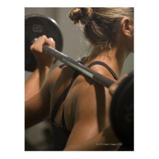 Jeune femme s'exerçant avec l'haltère, vue arrière carte postale