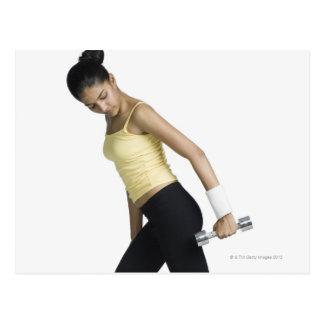 Jeune femme s'exerçant avec une haltère carte postale