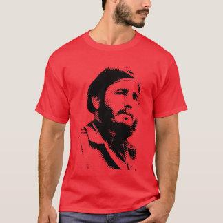 Jeune Fidel avec un T-shirt rêveur de regard