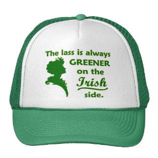 Jeune fille irlandaise verte casquettes