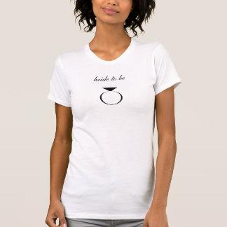 jeune mariée à être réservoir avec la bague à t-shirts
