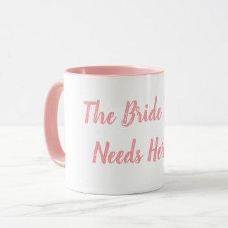 Jeune mariée à être tasse