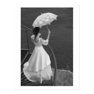 Jeune mariée avec le parapluie carte postale