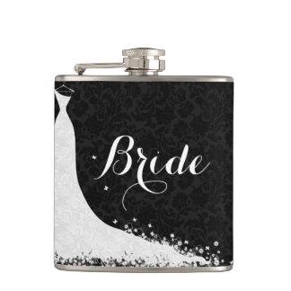 Jeune mariée blanche noire de robe de mariage de flasques