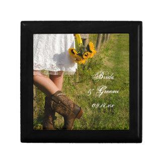 Jeune mariée, bottes de cowboy et mariage de ranch petite boîte à bijoux carrée