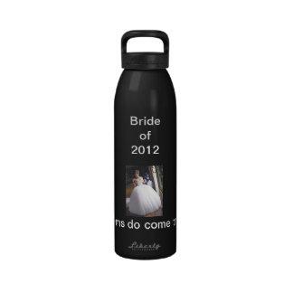 Jeune mariée de la bouteille d'eau 2012