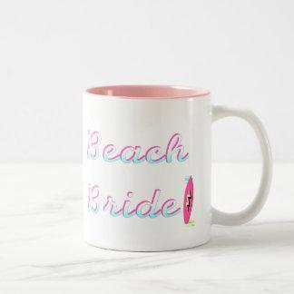 Jeune mariée de plage mug bicolore