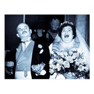 Jeune mariée drôle de mariage de couples heureux carte postale