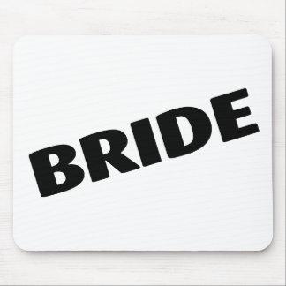 Jeune mariée épousant le noir tapis de souris