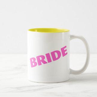Jeune mariée épousant le rose mug à café