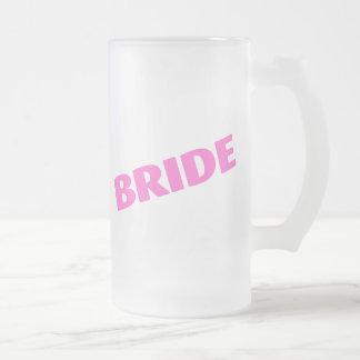 Jeune mariée épousant le rose mug en verre givré