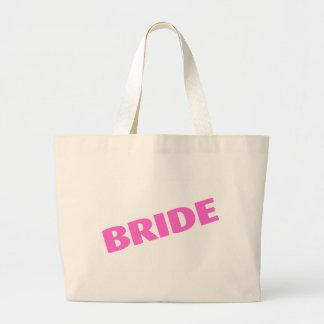Jeune mariée épousant le rose sac de toile